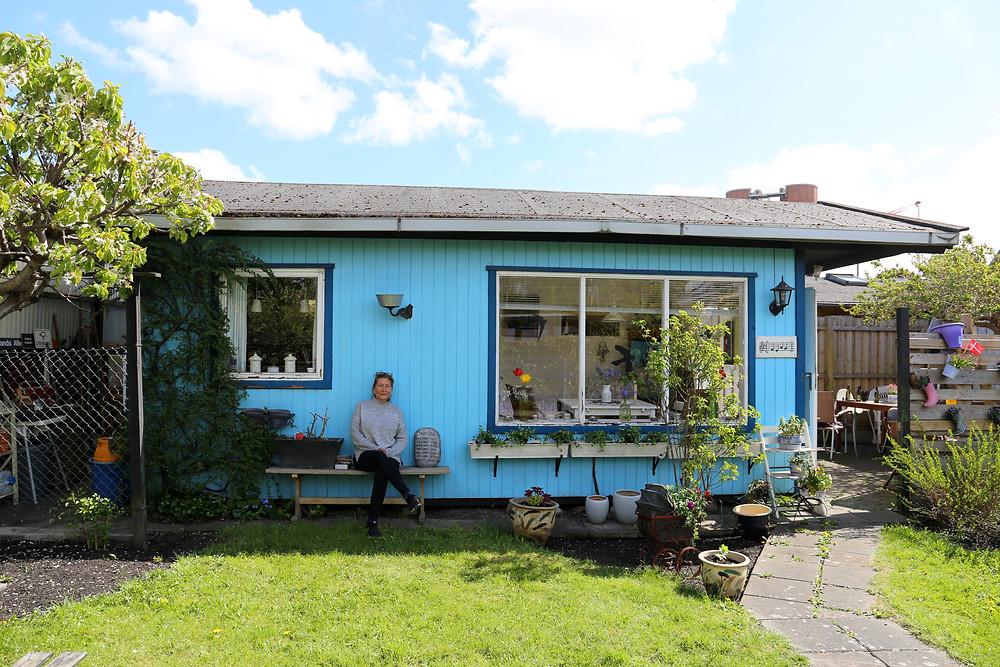 Karin Norgreen Larsen foran hendes hus, som har været i hendes familie siden 1908