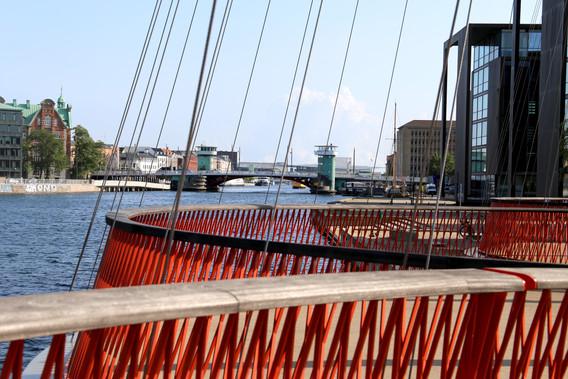 Cirkelbroen af Olafur Eliasson med Knippelsbro i baggrunden
