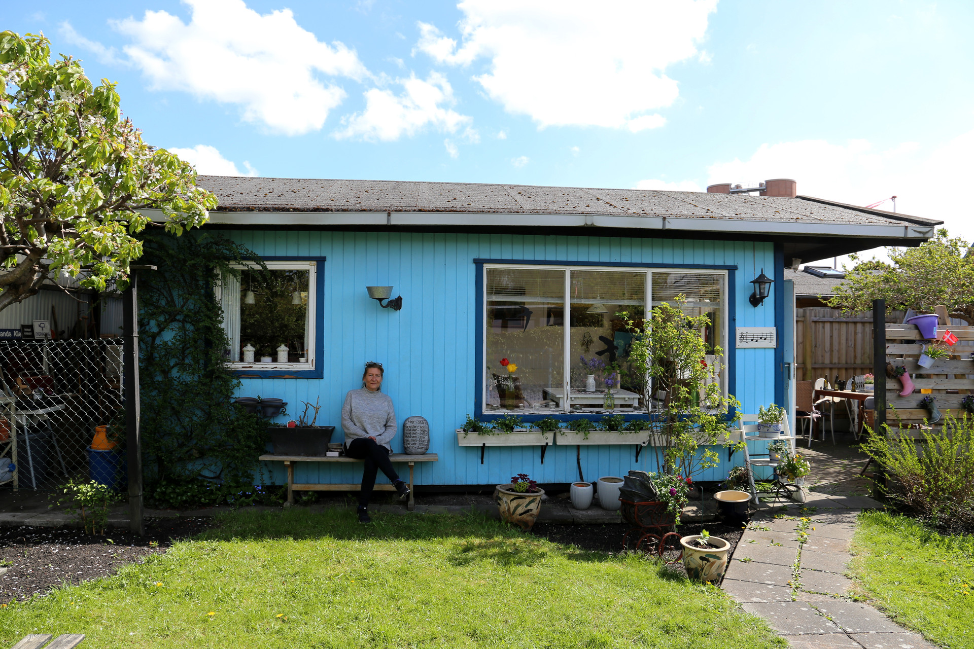 Karin Norgreen Larsen foran sit kolonihavehus i haveforeningen Vennelyst.
