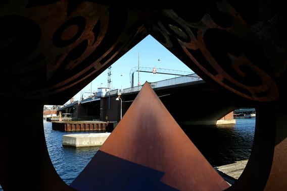 """Langebro set igennem skulpturen """"Arken"""" af Harvey Martin"""