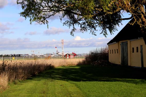 En gård med lufthavnen i baghaven