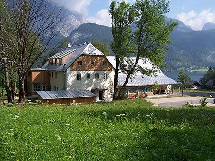 hotelansicht-jufa-hotel-grundlsee-sommerwiese-1440x1080.jpeg