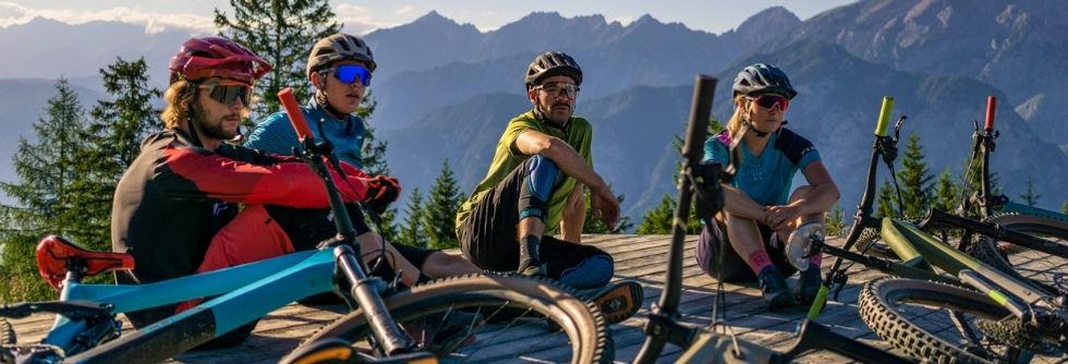 fietsen - mountainbike - vrienden - bergen - cube
