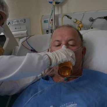 Após 27 dias internado, idoso toma cerveja ainda no hospital. Vídeo.