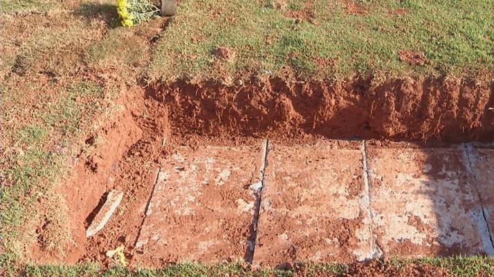 Homem descobre que caixão da mãe sumiu do túmulo ao enterrar o corpo da mulher em Cidade Ocidental