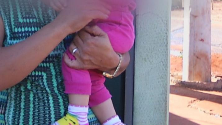 Bebê cai em balde com água sanitária enquanto mãe limpava a casa e é salva por avó, em Goiás