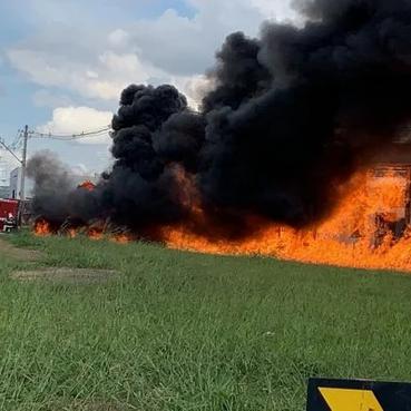 Vídeo: carreta com etanol tomba e pega fogo em rua dentro de Goiânia