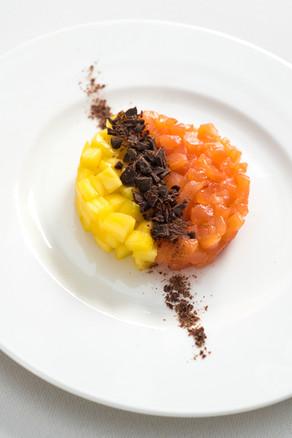 Tartare di salmone, mango e cioccolato fondente