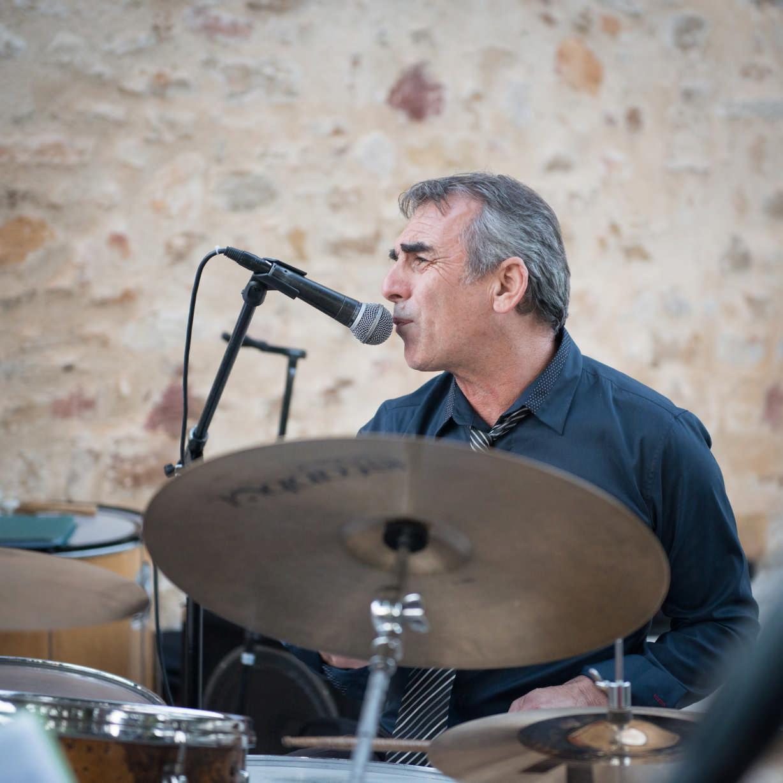 Serge, Batteur percus et chanteur