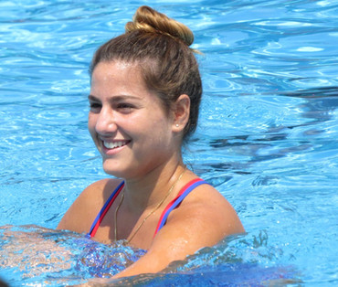 בחורה בשיעור התעמלות במים