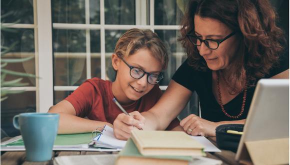 Mamá enseñando a su hijo su tarea de escuela privada de Coyoacán