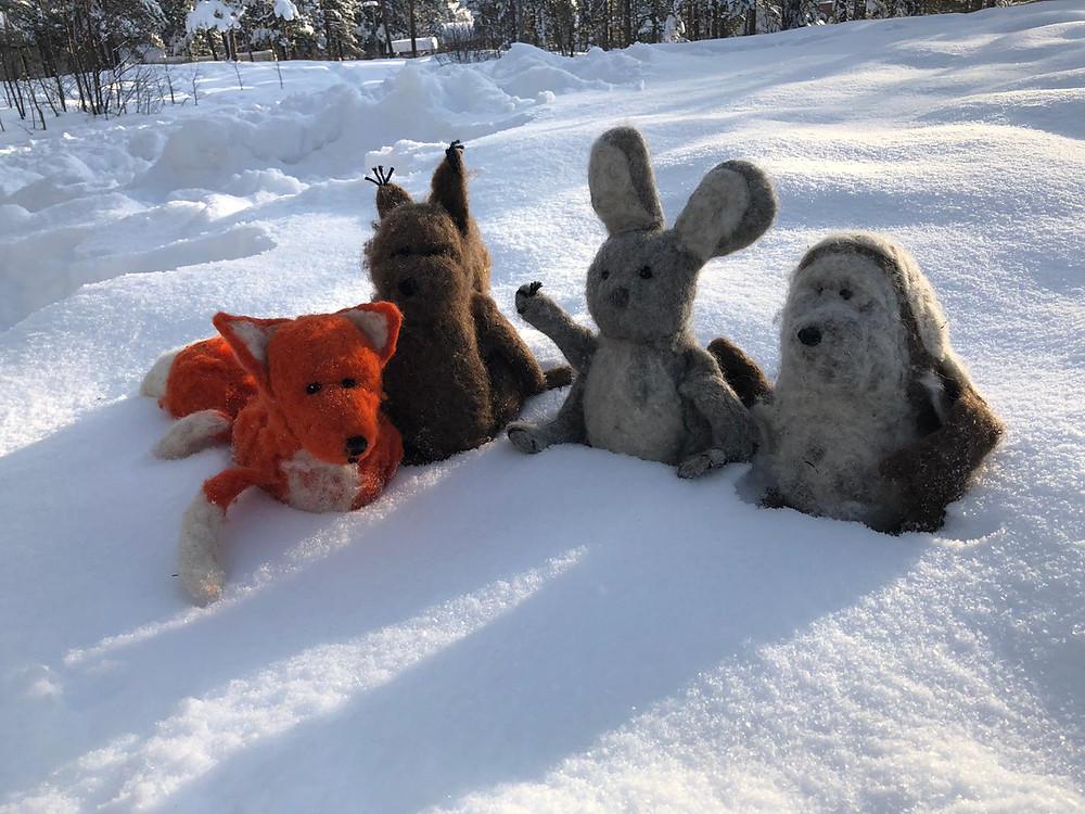 I skog med barn i vintern