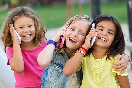 grupo-de-criancas-que-usam-telefones-cel