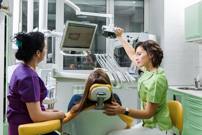 Врач-стоматолог: Юлия Вереш. Реставрация, invisalign, брекеты, отбеливание.