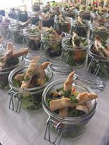 Bunter Salat der Saison mit Streifen von
