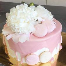 Tort komunijny z różową czekoladą