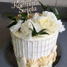 Tort komunijny z białą czekoladą i kwiatami