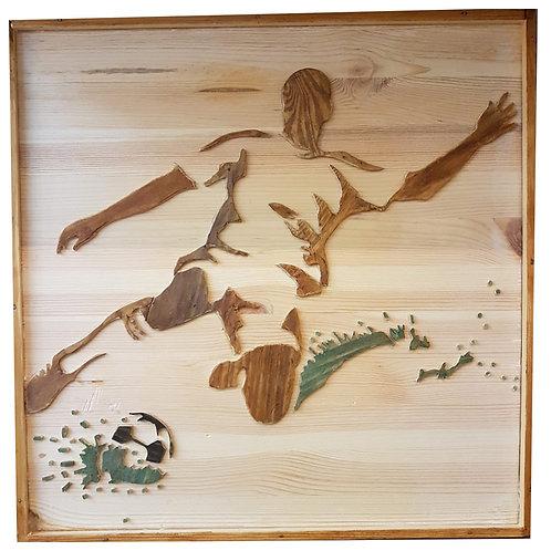 2401004 תבליט עץ של כדורגלן בועט בכדור