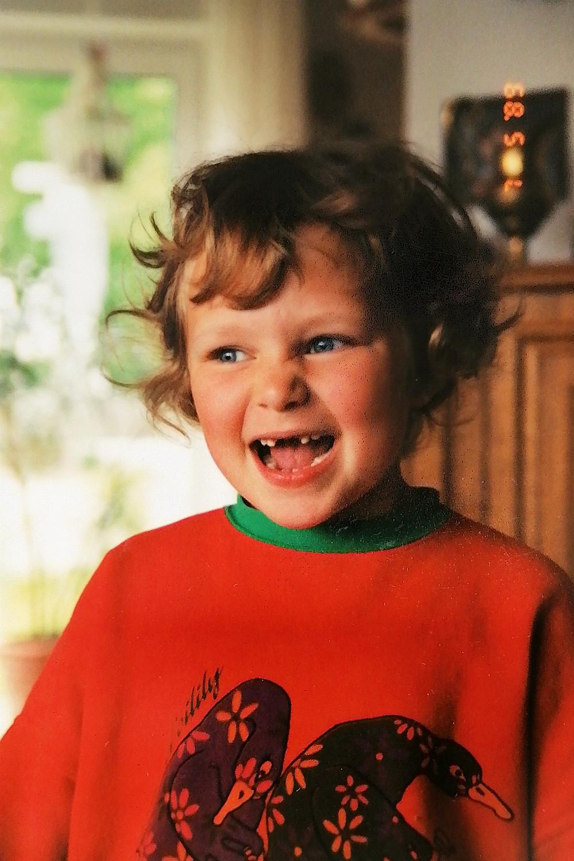 Die 6-jährige Eva freut sich über ihre erste Zahnlücke; Foto: Rolf Schwartz