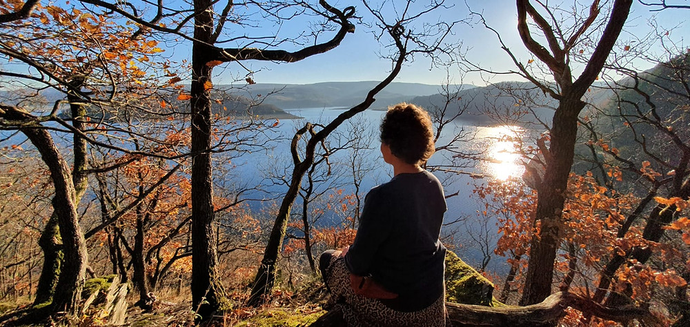 Eva sitzt meditierend am Rursee, Foto: Tabea Linz