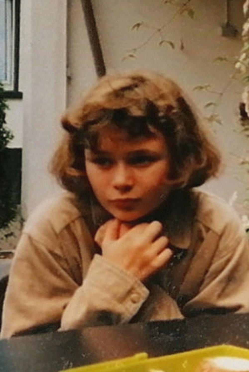 die 12-jährige Eva sitzt nachdenklich und verschlossen auf der Terasse