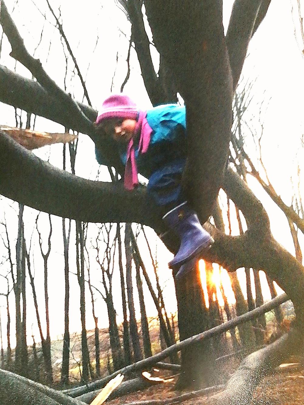 Eva hockt als 6 Jährige an einem Teich Foto: Rolf Schwartz
