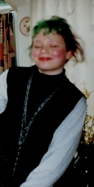 die 12-jährige Eva zerzaust und glücklich strahlend