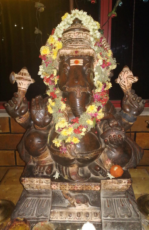 Mit Blumen geschmückte Ganesha-Figur; Foto: Eva Istas