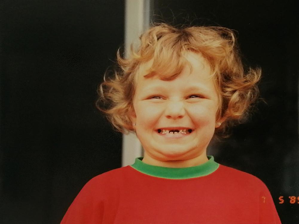 Eva strahlend mit 6 Jahren und der ersten Zahnlücke, Foto: Rolf Schwartz