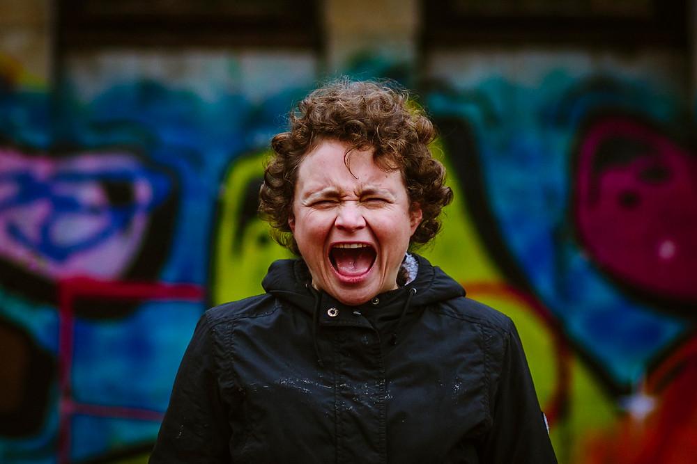 Eva steht schreiend vor einer Grafitti-Wand Foto: Rosa Engel