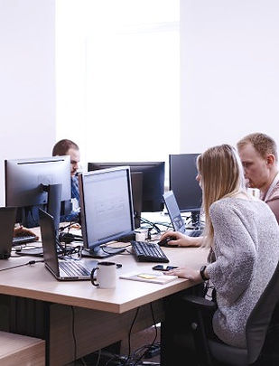 grupo-jovenes-empresarios-que-trabajan-o