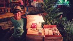 Dami vendiendo chocolates en la feria de Martinas en Mata Palo