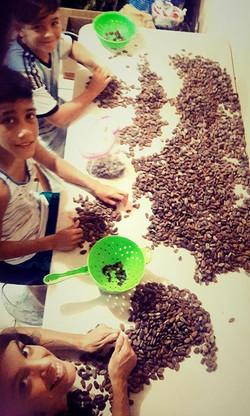 Con los chicos ayudandonos a preparar el cacao para la feriia! _3