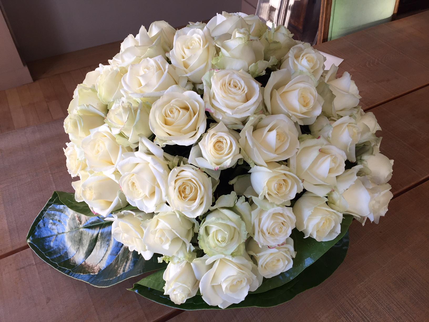 Panier de roses blanches