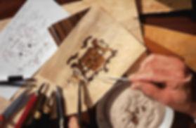 Olivier Desombre pose une piece de bois pour la fabrication du coffret à cigares