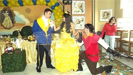 Animação de festa com os personagens de A Bela e a Fera