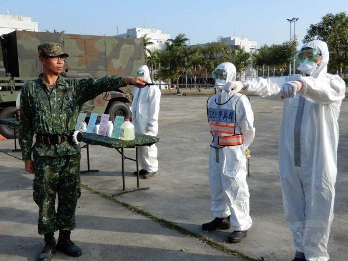 Unité de l'armée taiwanaise en tenue NBC pour combattre le Covid-19 (DR)