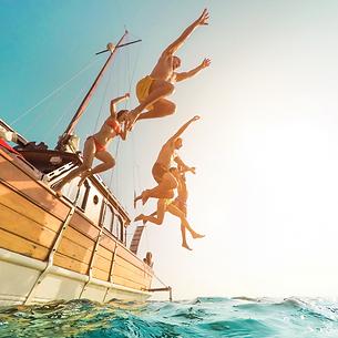 grupo amigos saltando de un barco