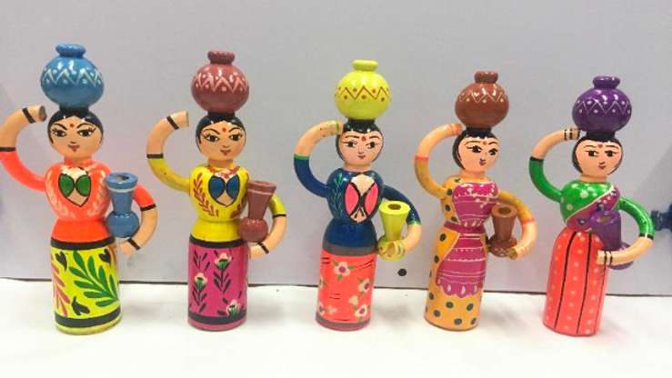 Wooden women with pots (Set of 5)