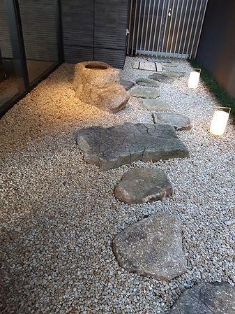 Фото японских камней в небольшом помещении