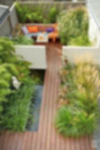 озеленение крыши с деревянным настилом над водоемом. Травы прекрасно вписываются в композицию. На такаой крыше можно почуствать себя как на природе