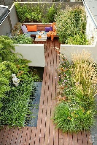 озеленение крыши с деревянным настилом над водоемом. Травы прекрасно вписываются в композицию. На такой крыше можно почуствовать себя как на природе
