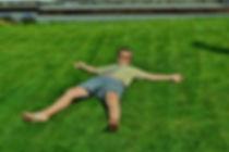 Фото устройства спортивного газона после аэрации и стрижки. Зеленая трава насыщена цветом и свежестью и выглядит как истинный английский газон