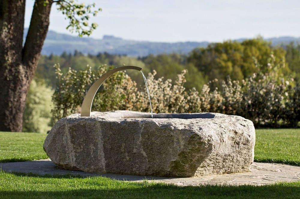 Natursteinbrunnen aus schönem Granit im Garten Schweiz
