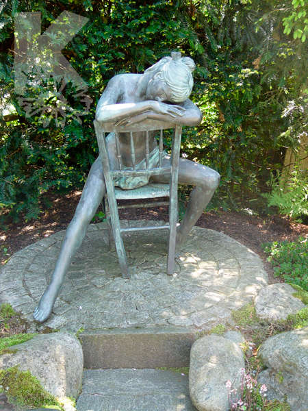 Grosse Bronzenfigur sitzende Frau
