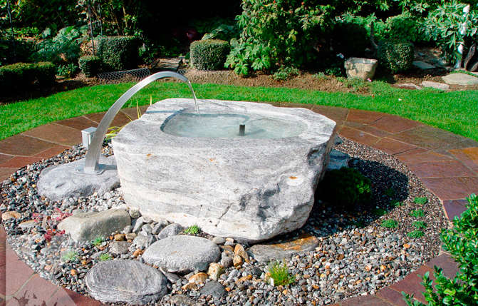 Gartenbrunnen mit grossem Wasserhahnen