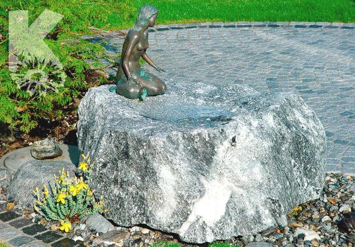 Kleiner Steinbrunnen im Bronzenfigur Frau