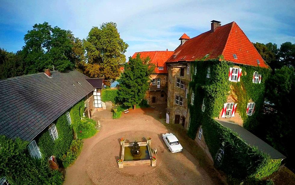 Mercedes im Schloss Petershagen.jpg
