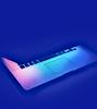 Ordinateur portable sur fond bleu