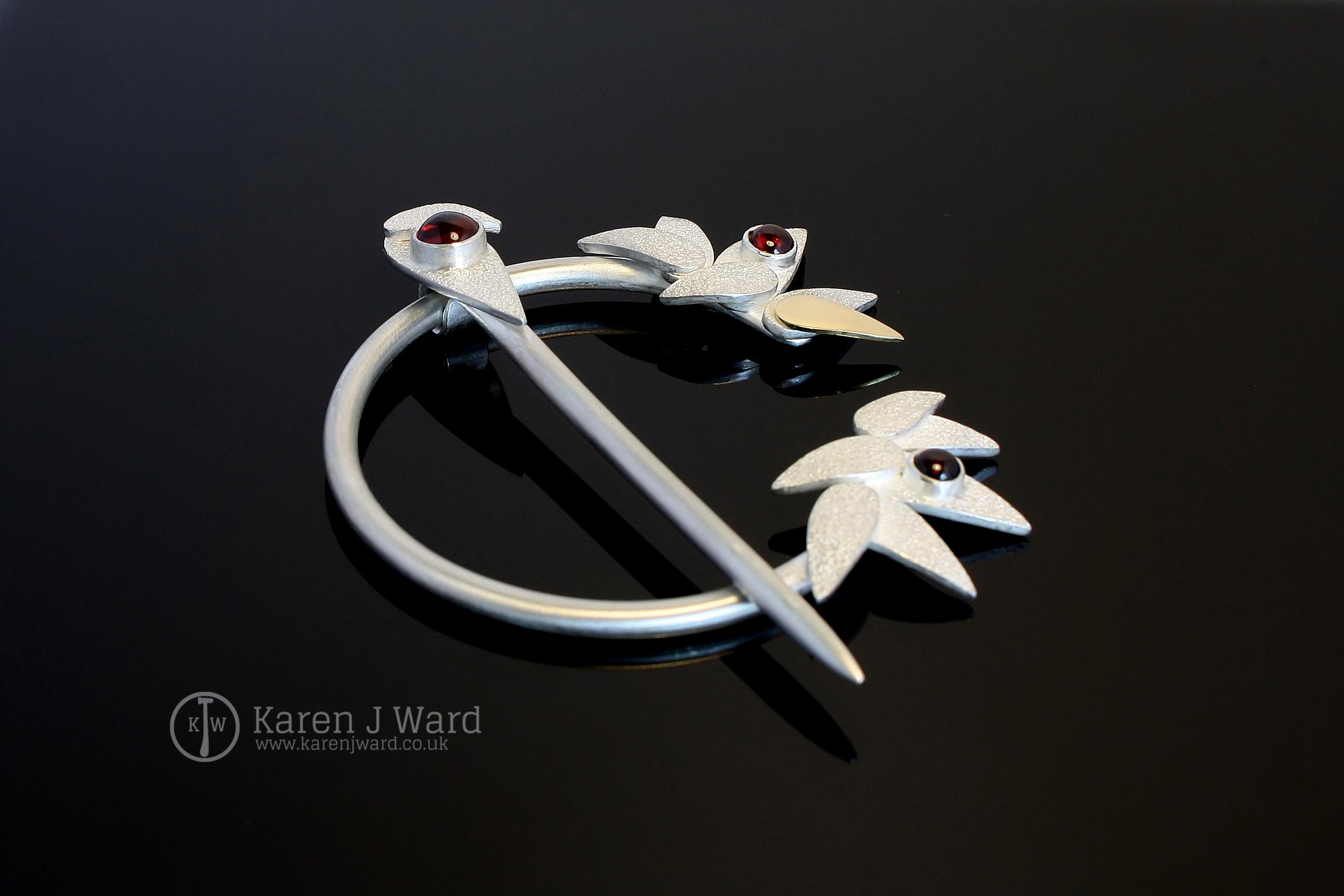 Garnet penannular brooch